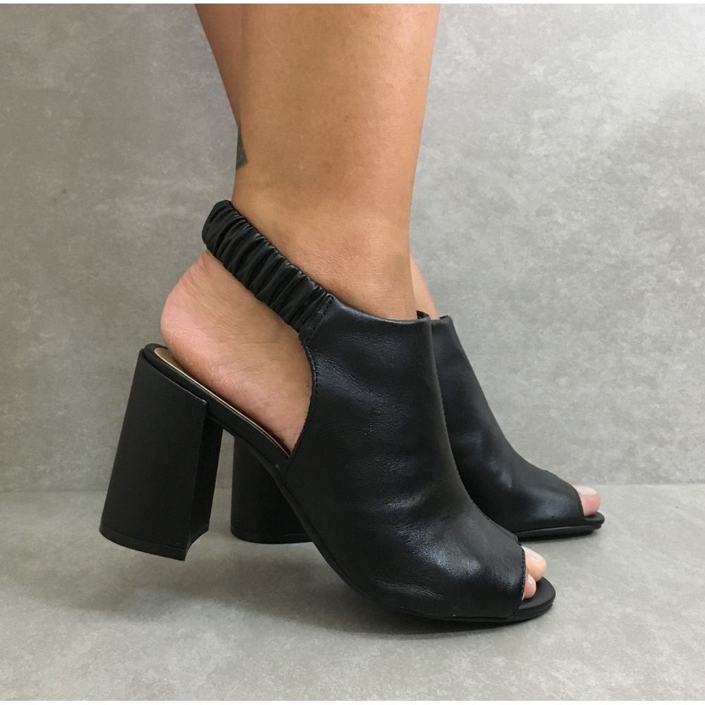 60646-sandalia-feminina-em-couro-preta-feminina-com-elastico-salto-alto-1--1-
