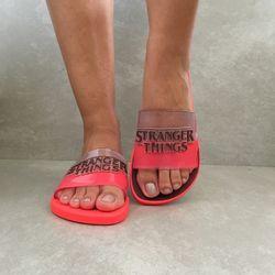 26616-chinelo-ipanema-feminino-netflix-slide-stranger-things-vermelho-vidro-rosa-vandacalcados-waytenis1