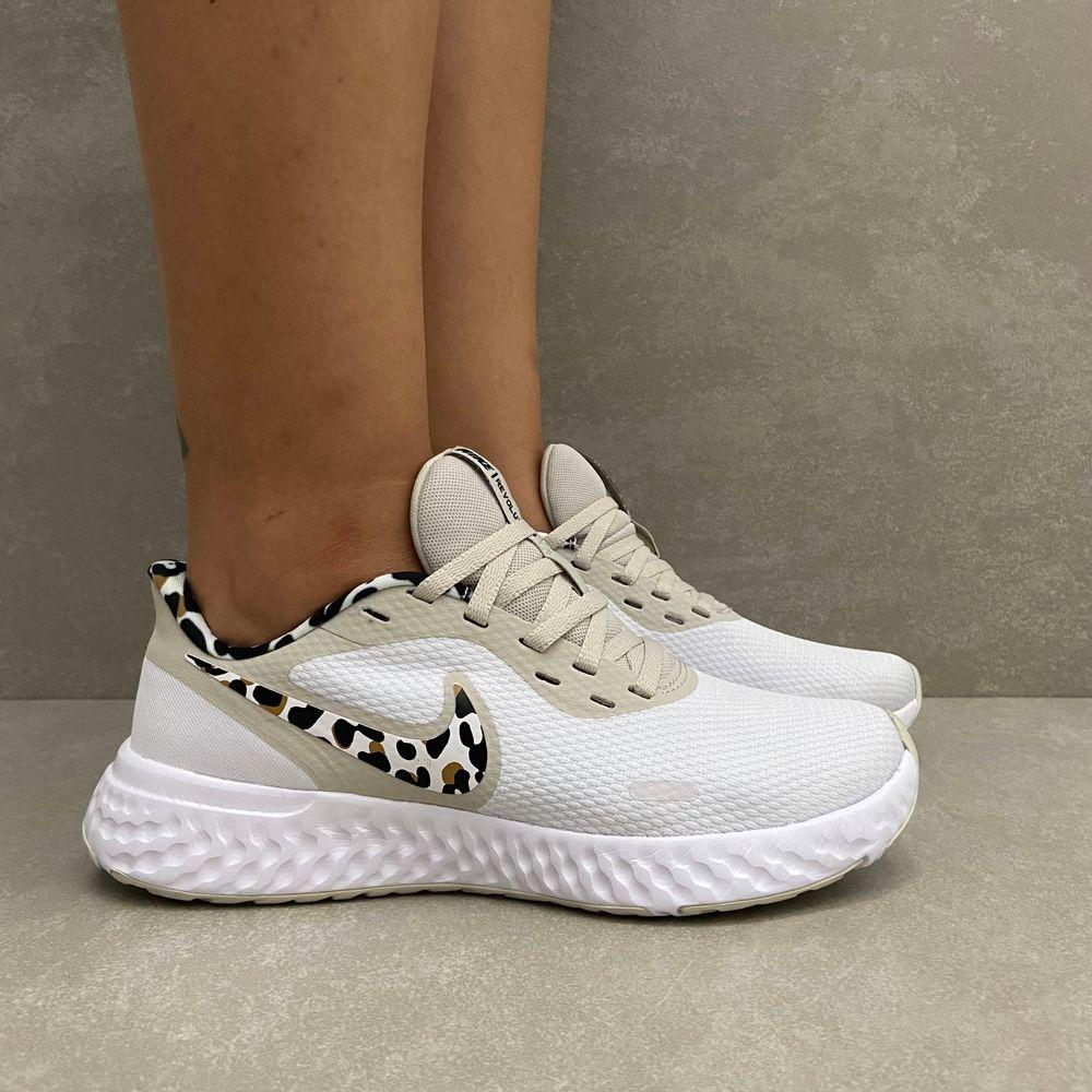 DA3083110-tenis-feminino-nike-revolution-5-prm-branco-print-vandacalcados1