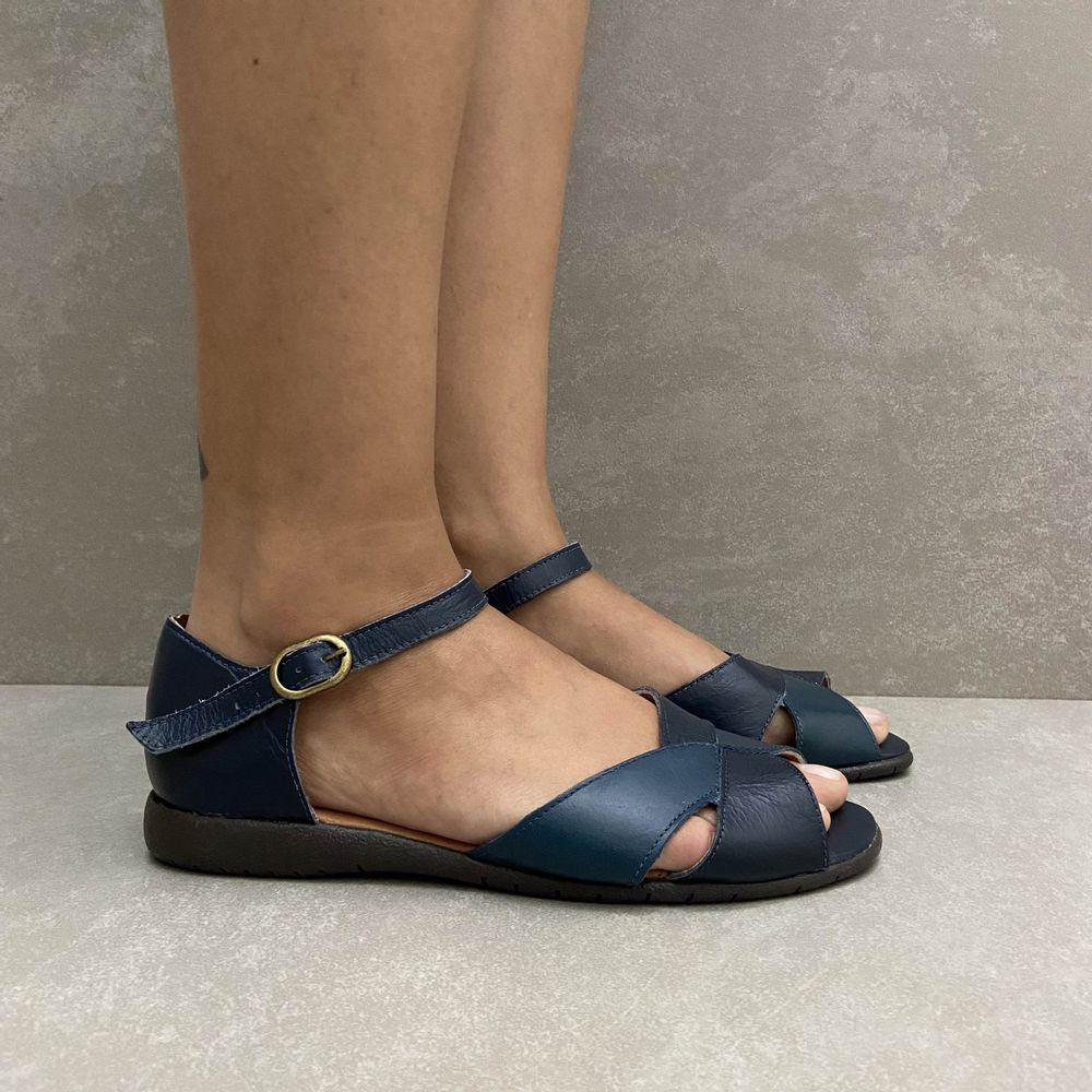 961698-sandalia-soraya-baixa-com-trazeiro-couro-azul-marinho-vandacalcados4